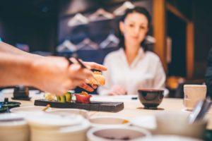 鮨を食べる外国人